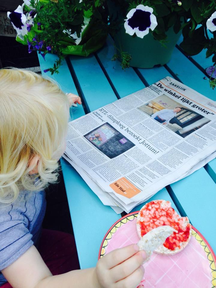 Mila leest de krant